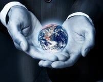 Terra em nossas mãos Imagens de Stock Royalty Free