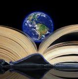 Terra em um livro Foto de Stock Royalty Free