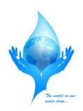 Terra em uma gota da água nas mãos fêmeas. Fotos de Stock