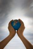 A terra está em suas mãos Imagem de Stock