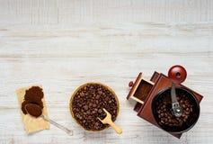 Terra, fagioli e smerigliatrice di Coffe con area di spazio della copia Immagine Stock