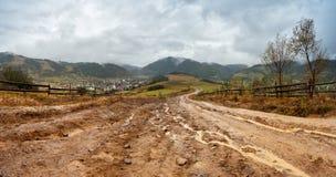 Terra fangosa dopo pioggia in montagne Ro rurale della sporcizia del percorso estremo Immagine Stock
