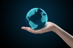 Terra femminile della holding della mano. Immagine Stock