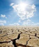Terra incrinata sotto il sole caldo Immagine Stock