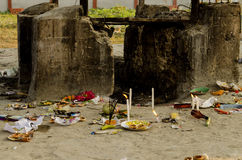 Terra indù di cremazione, in cui i cadaveri sono portati essere bruciati su un rogo Fotografia Stock