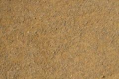Terra marrone sporca asciutta con le piccole pietre immagini stock libere da diritti