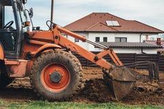 Terra movente da escavadora e fazer ajardinando trabalhos Foto de Stock Royalty Free
