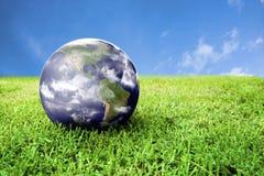 Terra na grama verde bonita foto de stock royalty free
