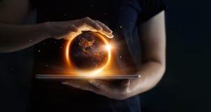 A terra na noite estava realizando nas mãos e na tecnologia humanas fotografia de stock royalty free