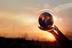Terra na noite nas mãos humanas com recursos de energia fotos de stock