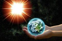 Terra nas mãos da mulher Imagens de Stock Royalty Free