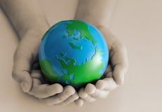 Terra nas mãos das crianças Fotos de Stock Royalty Free
