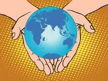 Terra nas mãos, Eurasia África Austrália a Antártica Europ do planeta Foto de Stock Royalty Free