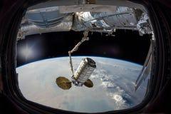 Terra nell'oblò della finestra dell'astronave Nuvole della tempesta di sabbia fotografie stock libere da diritti