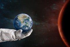 Terra nella mano dell'astronauta Concetto di giorno di terra Fotografie Stock Libere da Diritti