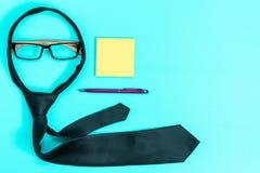 Terra nera blu di affari, cravatta, vetri, penna, nota della carta immagine stock libera da diritti