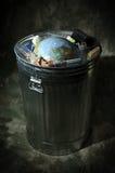 Terra no balde do lixo