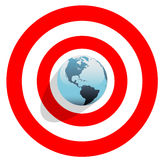 Terra no centro do olho de touros no alvo vermelho do mundo Fotografia de Stock