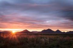 Terra no por do sol em Islândia Fotos de Stock