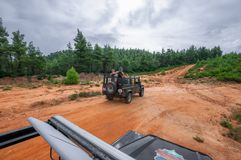 Terra Offroad Rover Defender 110 do carro fora foto de stock