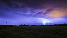 Terra para nublar-se o flash do relâmpago do GC contra um céu dramático da tempestade imagens de stock royalty free