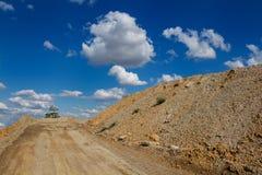 Terra per la costruzione ed il cielo nuvoloso Fotografia Stock