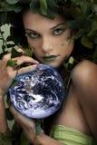 Terra proteggente della madre natura Immagini Stock