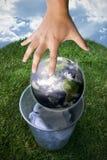 A terra que é droppen no lixo Foto de Stock Royalty Free