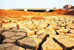 Terra rachada seca sob a ponte Fotografia de Stock Royalty Free