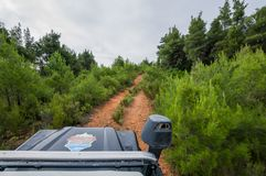 Terra Rover Defender 110 do carro de SUV que conduz no fora de estrada foto de stock