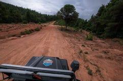 Terra Rover Defender 110 do carro de SUV que conduz no fora de estrada fotografia de stock royalty free