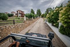 Terra Rover Defender 110 do carro de SUV que conduz no fora de estrada fotos de stock royalty free