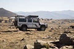 A terra Rover Defender do veículo está fazendo a fuga fora de estrada em Lesoto Fotografia de Stock Royalty Free