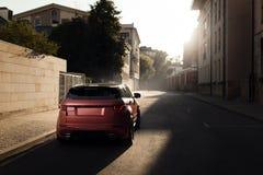 Terra Rover Range Rover Evoque dell'automobile che sta sulla strada asfaltata in città Mosca al tramonto Fotografie Stock
