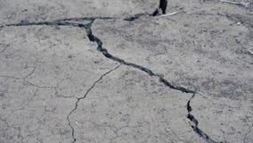 Terra seca rachada em um deserto filme