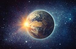 Terra, sole, stella e galassia Alba sopra pianeta Terra, vista per fotografia stock