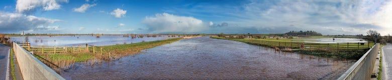 Terra sommersa e panorama gonfiato del fiume Immagini Stock