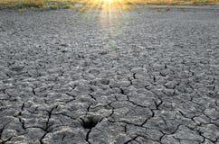 Terra tagliata asciutta sotto il sole Fotografia Stock Libera da Diritti
