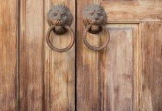 Terra traseira da porta e da aldrava de madeira antigas Imagem de Stock