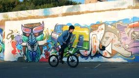 Terra urbana con un giovane che guida un BMX stock footage