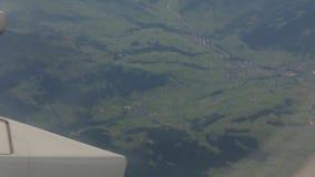 Terra verde dalla finestra dell'aeroplano video d archivio