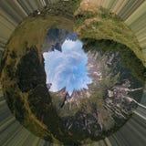 Terra verde un'immagine di 360 gradi con le montagne e le nuvole fotografie stock libere da diritti
