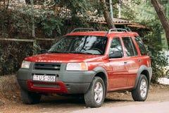 Terra vermelha Rover Freelander na rua Fotos de Stock