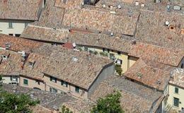 A terracota telhou telhados próximo na vila aglomerada com muitos casa Fotos de Stock