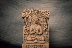 Terracotta Buddha di Sarnath, Varanasi, India; con fuori il tempo fotografia stock libera da diritti