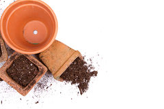 Terracotta of klei het tuinieren potten met vuil het morsen Stock Fotografie