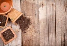 Terracotta of klei het tuinieren potten met vuil het morsen Stock Foto's