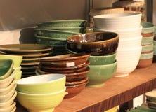 Terraglie ceramiche della ciotola impilate nel mestiere fatto a mano dello scaffale di negozio Fotografia Stock