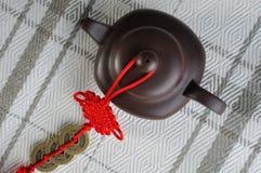 Terraglie cinesi del tè e decorazione rossa Fotografia Stock Libera da Diritti