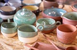 Terraglie colorate tradizionali vendute al mercato dell'artigianato immagine stock libera da diritti